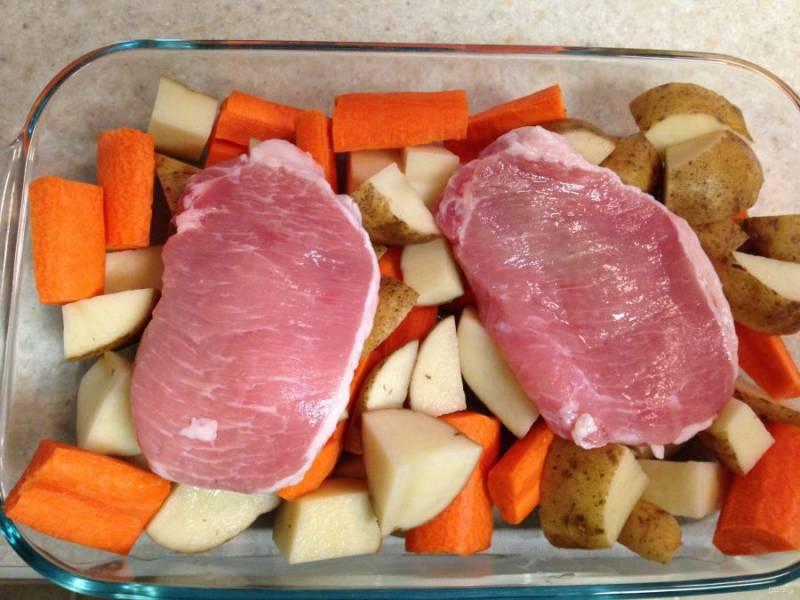 Выложите овощи в форму для запекания. Сверху положите мясо. Посолите и поперчите.