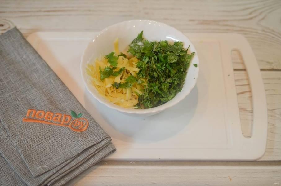 3. Для начинки смешайте хлебные крошки, тертый сыр, измельченный чеснок и нарезанную зелень. Чуть посолите.