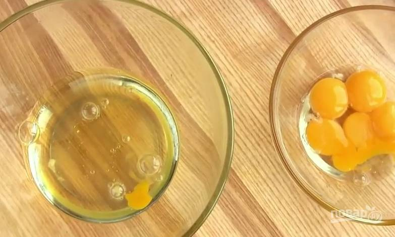 3. Желтки и белки разделите.