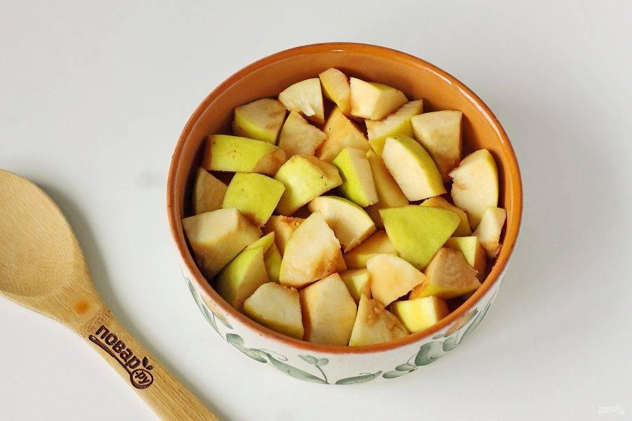 Айву помойте, вытрите насухо и разрежьте каждый плод на две половинки. Удалите семенную коробку и нарежьте айву кубиками. Переложите в форму для запекания ровным слоем.