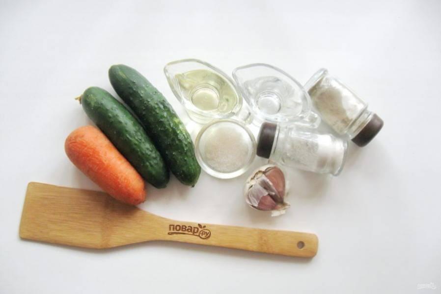 Подготовьте ингредиенты для приготовления огурцов по-корейски.
