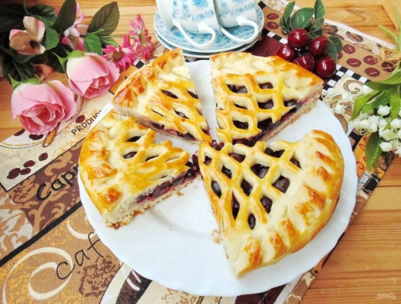 Готовый пирог достаньте из духовки, выложите на тарелку и, пока он еще горячий, накройте полотенцем. Дайте ему остыть, нарежьте и подавайте к столу.