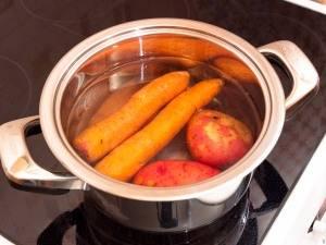 Картофель и морковь отварить до готовности. Остудить, почистить.