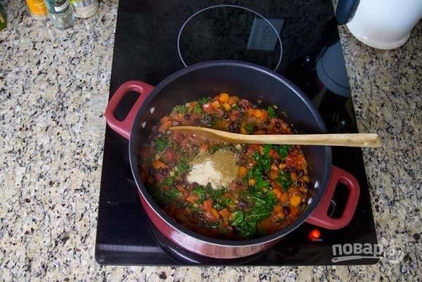 9. Добавьте фасоль, зелень, соль и специи.