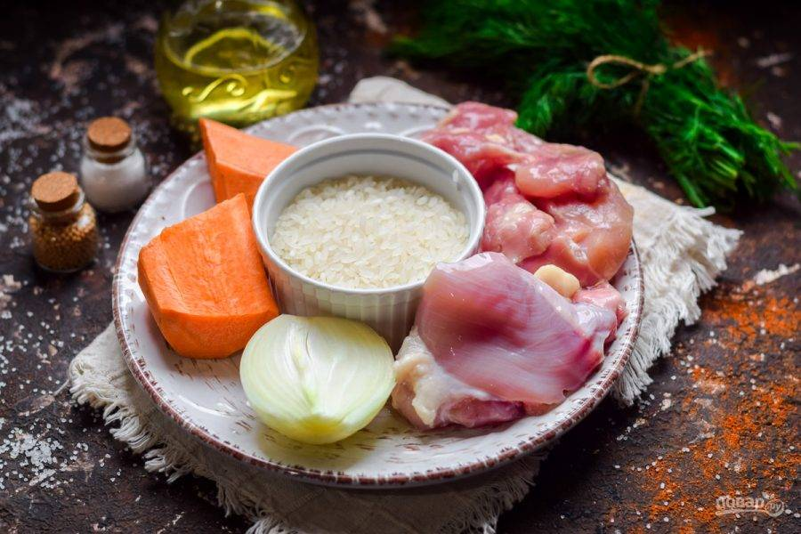 Подготовьте ингредиенты. У курицы удалите кожу и кости.