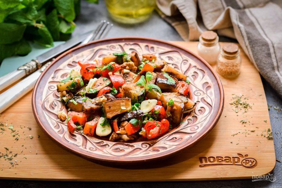 Переложите баклажаны по тарелкам и подавайте к столу. Приятного аппетита!