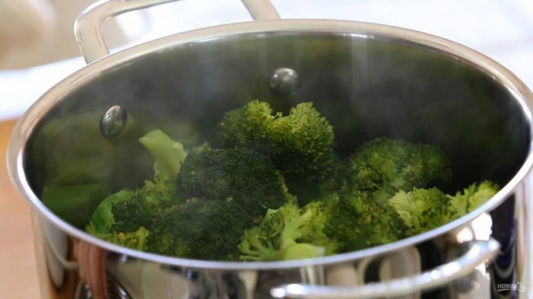 2. Брокколи отварите в кипящей воде 10 минут.