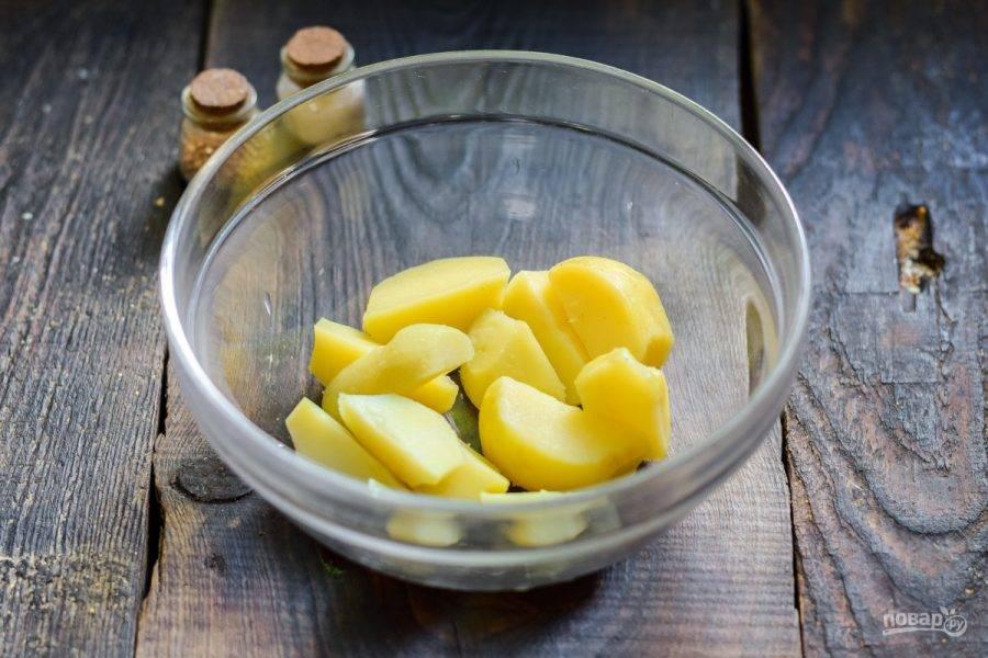 Переложите картофель в глубокий салатник.