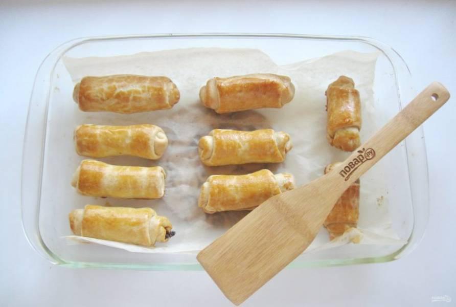 Выпекайте пирожки в духовке 30-35 минут при температуре 180-200 градусов до золотистого цвета.