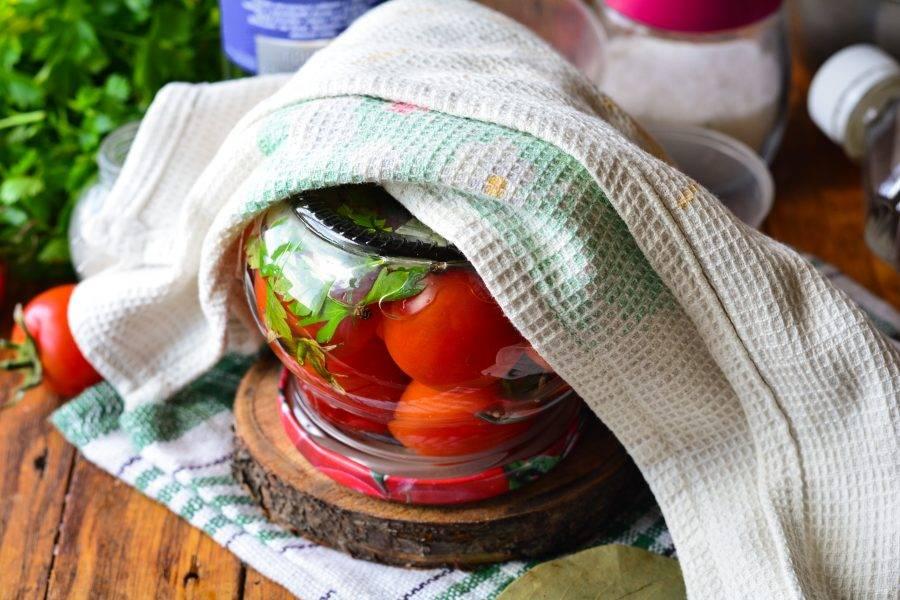 Залейте помидоры горячим маринадом, закатайте крышками и утеплите. Дайте помидорам полностью остыть.