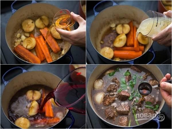 5. Добавьте еще немного масла, бульон и вино. Для пикантности можно влить немного соевого соуса и коньяк, например. Посолите и поперчите по вкусу. Добавьте свежую зелень при желании.