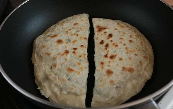 7. Вот и весь секрет, как сделать кутабы с зеленью по-азербайджански. Осталось выложить их на сухую сковороду и обжарить на среднем огне до румяности.