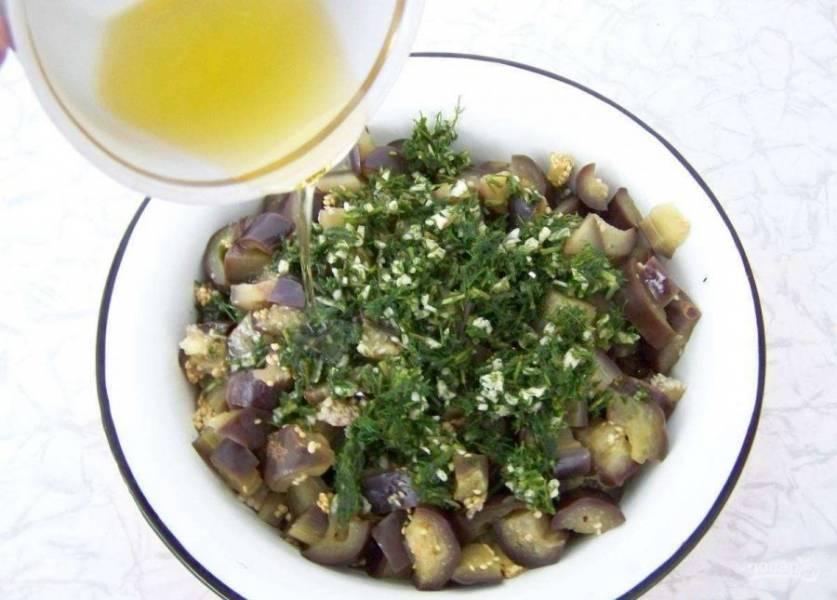 Переложите баклажаны в глубокую посуду. Добавьте к ним укроп, чеснок и масло.