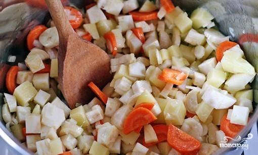 Не забудьте, что овощи следует периодически перемешивать. Добавить тмин, соль, перцы.