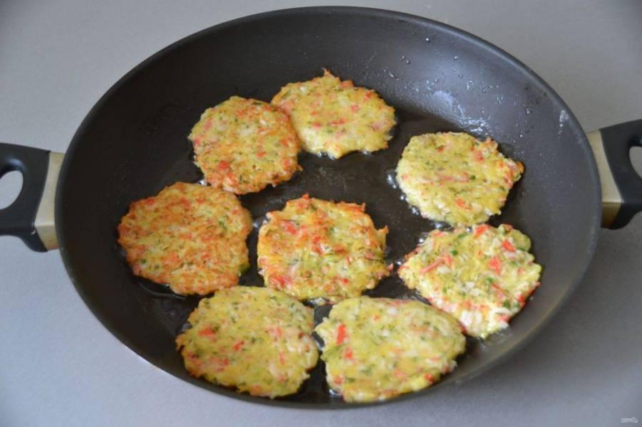 Разогрейте сковороду, влейте растительное масло, и обжарьте драники с двух сторон до румяной и хрустящей корочки.