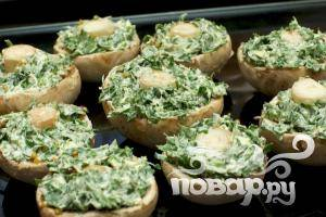 6. Заправляем шампиньоны начинкой из зелени и масла.