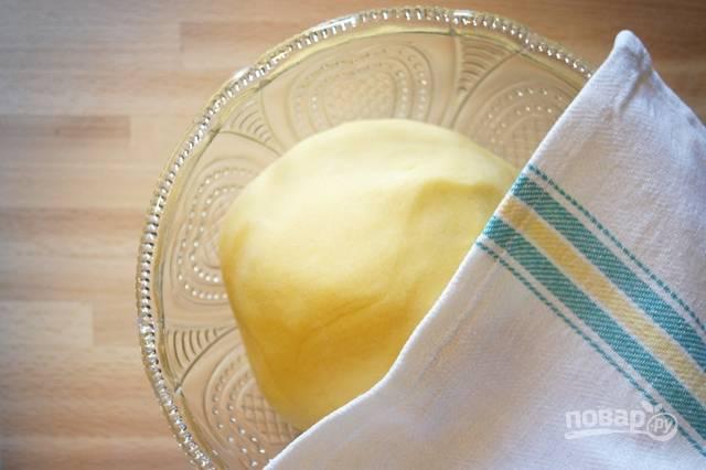 2.Замесите тесто в шар, дайте ему отдохнуть в холодильнике около получаса, прикрыв полотенцем или завернув в пищевую пленку.