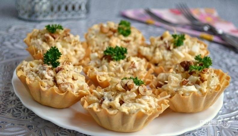 5.Приготовленным салатом наполняю тарталетки, украшаю рублеными грецкими орехами и зеленью, к столу подаю сразу же.
