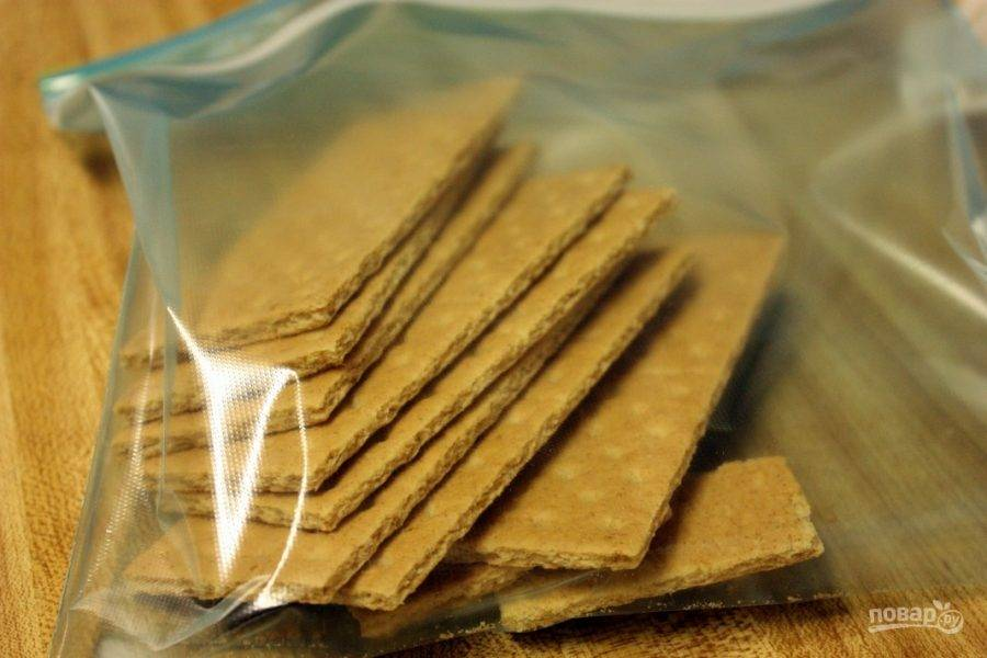 Поместите печенье в зип-пакет.