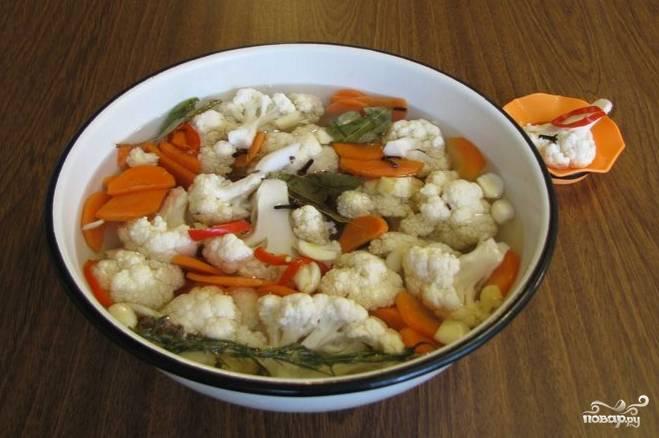 Закипятите смесь из воды, соли, сахара, красного стручкового перца, гвоздики, лаванды, очищенного чеснока, яблочного уксуса и лаврового листа. Готовый рассол слегка охладите, залейте им овощи. Поставьте все на сутки в холодильник.