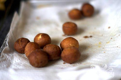 2. Добавить достаточное количество масла в глубокую кастрюлю, примерно на 7 см. Нагреть на среднем огне, пока температура не достигнет 175 градусов. Приготовить тем временем глазурь и посыпку. Взбить вместе в миске сахарную пудру и сидр в миске, пока смесь не станет однородной. В другой миске смешать корицу и сахар. Отложить в сторону. Осторожно добавить несколько пончиков в кастрюлю с маслом, обжарить до золотисто-коричневого цвета, около 60 секунд. Перевернуть и жарить на другой стороне золотой, от 30 до 60 секунд.