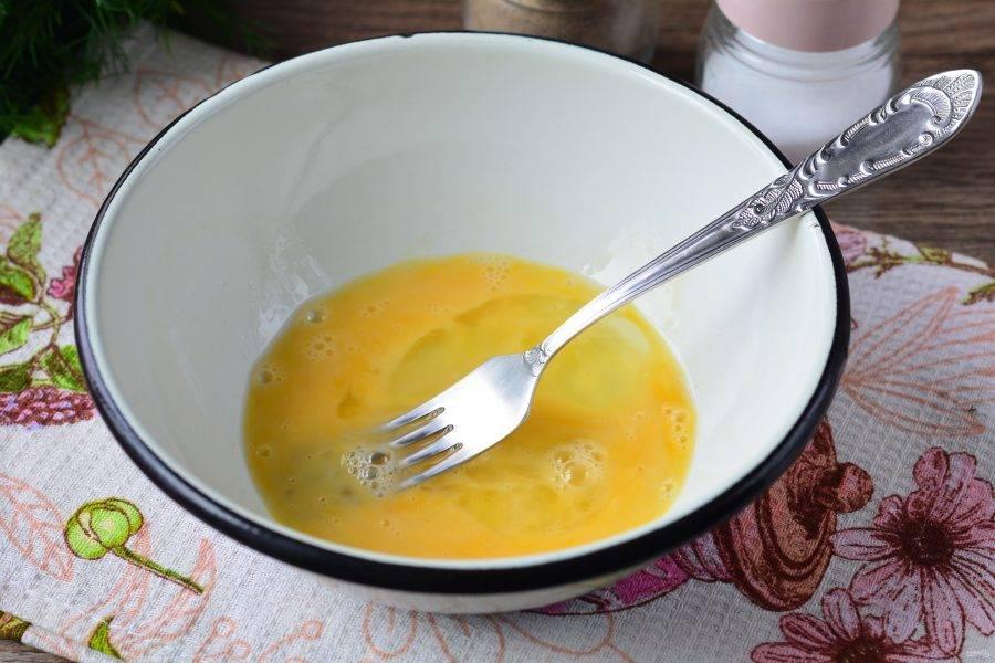 Взбейте вилочкой куриные яйца. Посолите по вкусу.