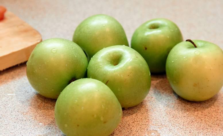 1. Яблочки лучше взять зеленые и кислые.
