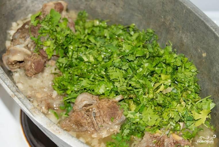 Перед подачей на стол присыпьте мясо измельченной кинзой.