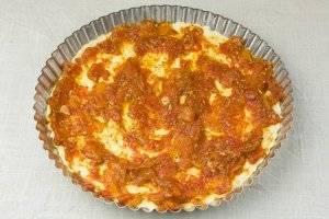 В форму влить томатный соус.