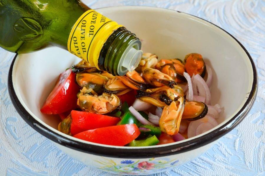Салат заправьте маслом и перемешайте.