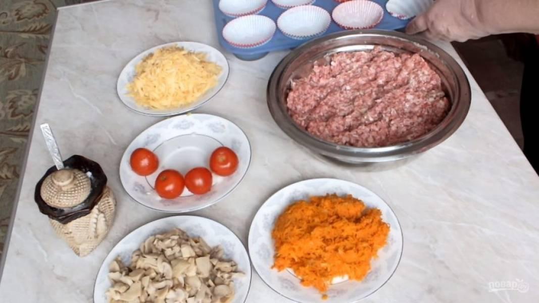 В фарш добавьте яйцо, соль, специи и порезанный лук. Перемешайте фарш до однородности.