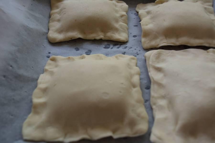 Перекладываем сформированные изделия на противень, застеленный бумагой для выпечки.