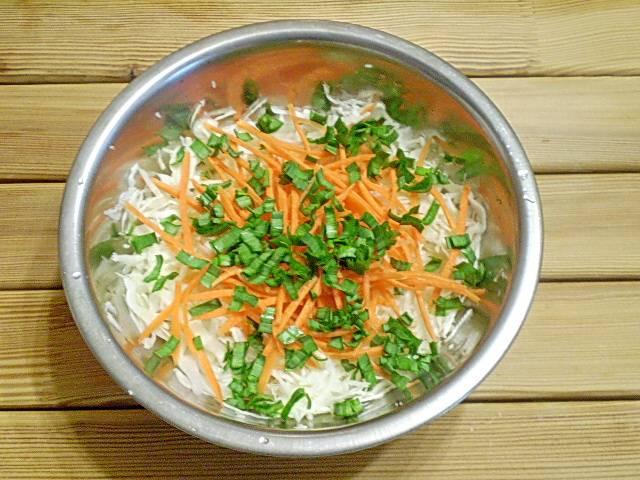 4. Добавляем в салат мелко порезанные молодые листья чеснока, они придадут салату прекрасный аромат.