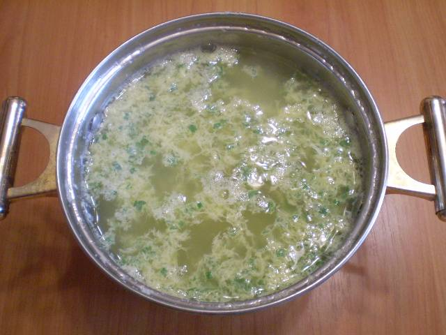7. Вливаем очень тонкой струйкой в суп яично-зеленую смесь, постоянно помешивая суп ложкой, чтобы яйцо не свернулось одним крупным куском. Провариваем 1 минуту. Суп готов. Приятного аппетита!