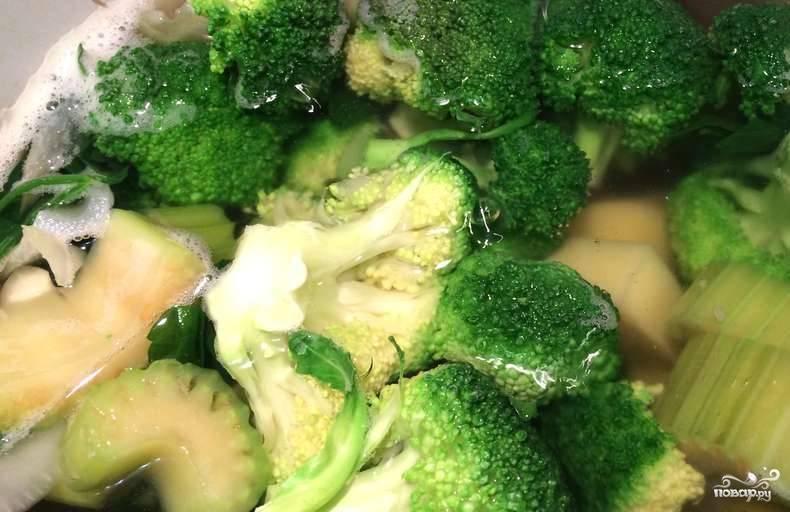 2. Отправляем вариться сразу картофель. Через 10 минут добавляем к нему нашинкованный лук. После чего добавляем к ним остальные овощи. Варим 5 минут и периодически помешиваем.