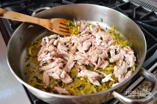 Протомите еще минуту и добавьте курицу, порезанную тонкими полосками.