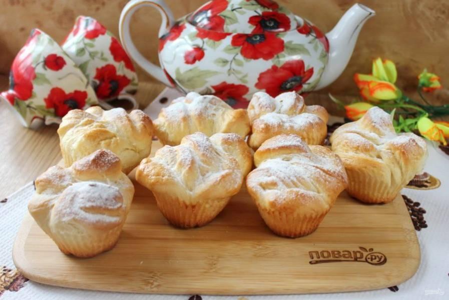 Булочки-кексы готовы. Посыпьте их сахарной пудрой и подавайте к чаю.