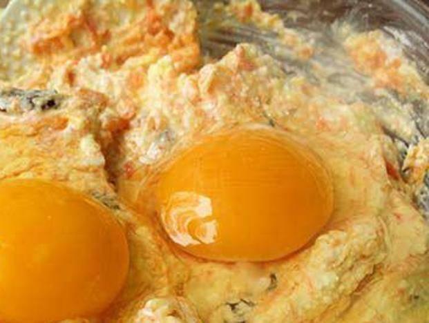 Вбейте яйца и тщательно перемешайте.