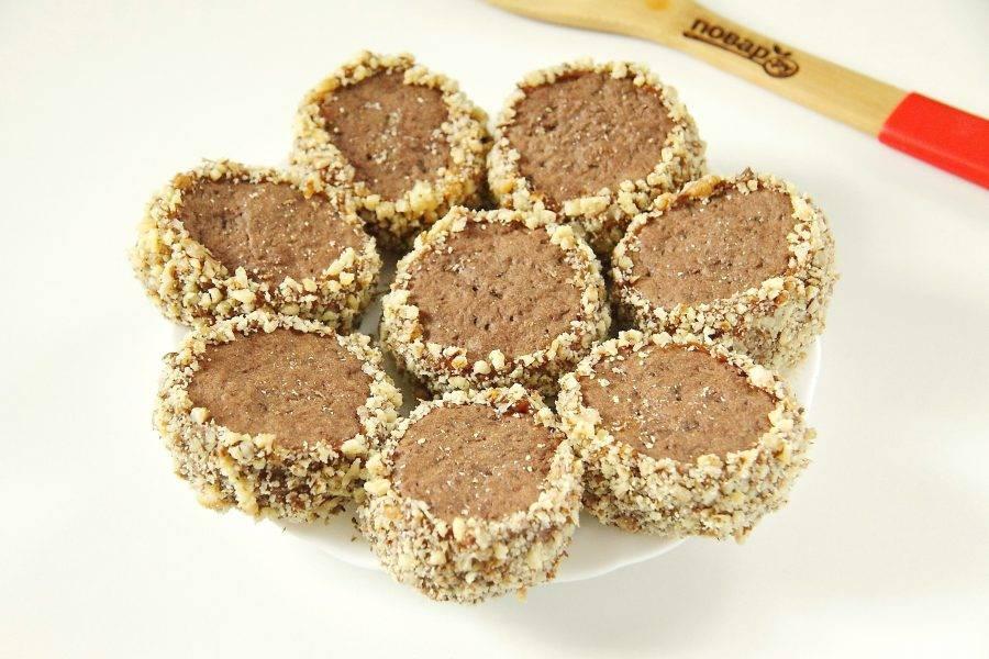 Шоколадное печенье с вареной сгущенкой готово. Можно подать его сразу, а лучше дать пропитаться пару часов, чтобы оно стало еще нежнее и вкуснее.