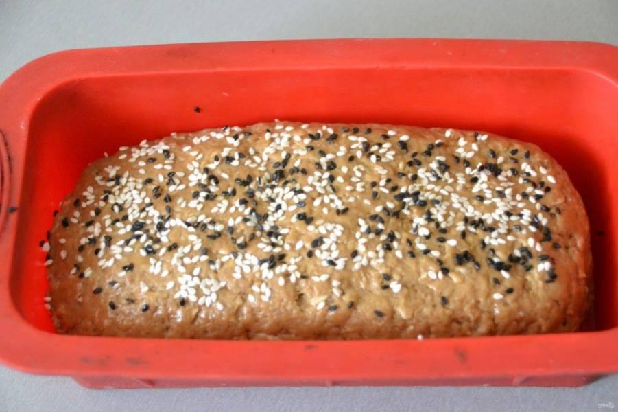 Смажьте верх хлеба оливковым маслом, посыпьте кунжутом, накройте пищевой пленкой и дайте расстойку 1 час.