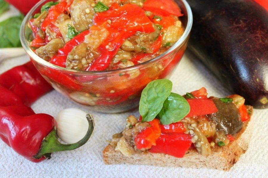 Острая закуска из печеного болгарского перца и баклажан готова. Подать можно на ломтике хлеба или в салатнице. Приятного аппетита!