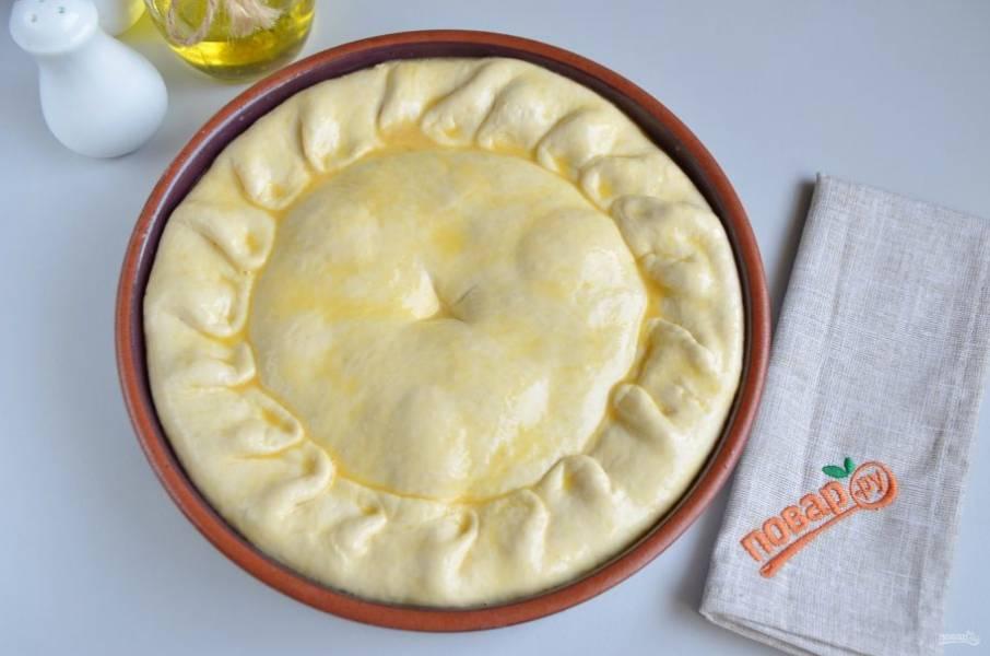 7. По центру сделайте отверстие, смажьте пирог яйцом и отправьте в горячую духовку на 45-50 минут, температура 190 градусов.