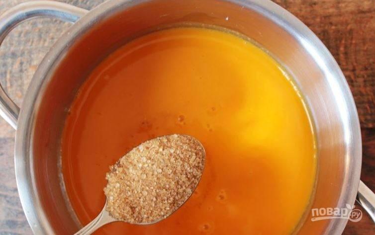 Поместите протертую через сито облепиху в кастрюльку или сотейник с толстым дном. Затем добавьте к ней коричневый сахар. Тщательно размешайте его.