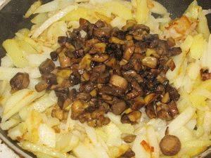 5. Когда картофель уже готов - добавим к нему грибы, перемешаем и еще немного подержим на среднем огне.