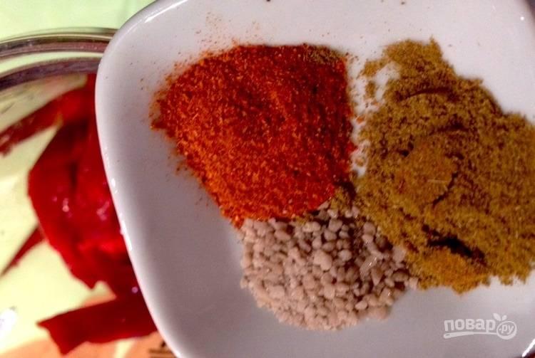 6.Выложите в чашу оставшиеся специи и соль.