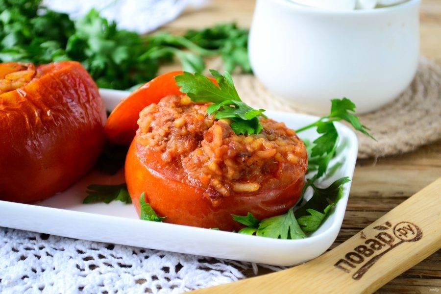 Фаршированные томаты готовы. Подавайте горячими и кушайте с удовольствием!