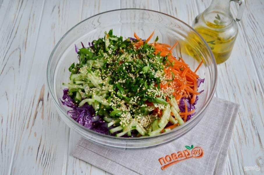 Добавьте рубленую зелень лука и кинзы (петрушки), а также кунжут. Заправьте салат кунжутным маслом.