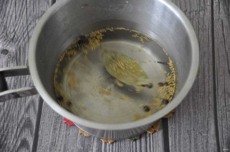 Сварите рассол, добавьте в него соль, сахар и все специи, дайте ему охладиться до комнатной температуры.