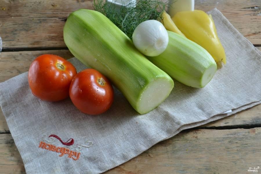 Подготовьте необходимые ингредиенты. Все овощи хорошенько промойте, дайте стечь воде. Перец разрежьте на четвертушки, удалите семена и плодоножки. Лук и кабачки очистите от кожуры.
