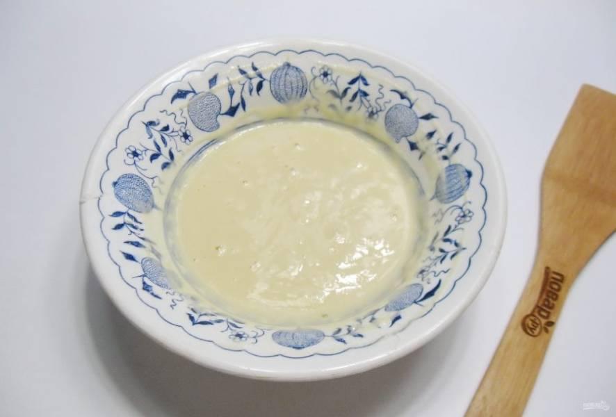 Взбейте яйцо с водой, добавьте чуть соли и высыпьте 2-3 столовые ложки муки. Перемешайте тесто. По консистенции оно должно быть, как не очень густая сметана.